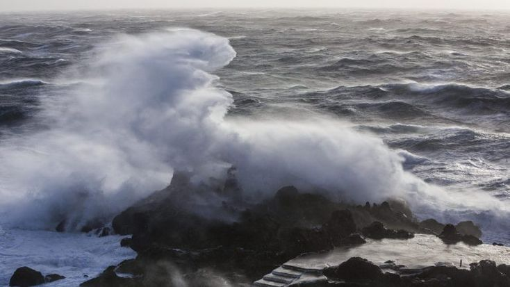 Apesar de uma ligeira melhoria na próxima terça e quarta-feira, o mar estará bastante agitado durante a primeira semana de Janeiro. Quem lança o aviso é a Autoridade Marítima Nacional. http://observador.pt/2018/01/01/autoridade-maritima-alerta-para-mar-agitado-e-ondulacao-forte-ate-sabado/