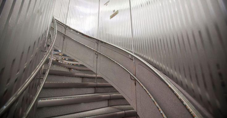A escada que separa os dois andares do A380. No andar principal, ficam as centenas de assentos da classe econômica. Na parte superior ficam a primeira classe e a executiva.