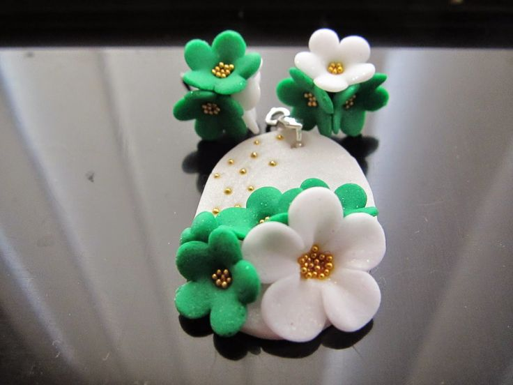 Pretty green and white flowers with golden pollen