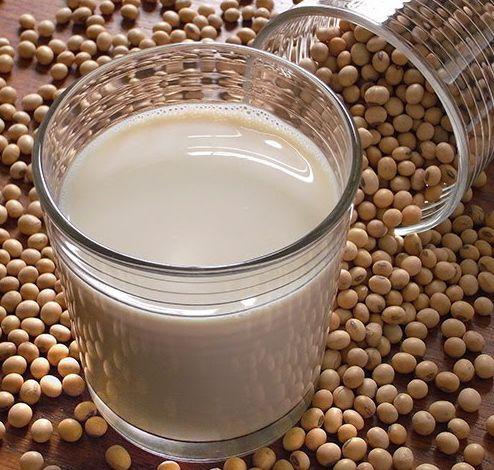 U domácího tofu byla připomínka, že kupovaný sojový mlíko je hrozně drahý. Je to tak, tady je recept na čerstvé domácí sojové mléko, které vám nějakou tu kačku ušetří. Tohle mléko vám v lednici vyd...