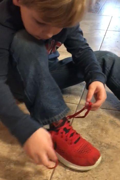 Un petit garçon ingénieux donne son secret pour lacer ses chaussures facilementnoté 4 - 5 votes Le laçage des chaussures est souvent un apprentissage long et fastidieux pour les petits. Le nœud nous semble souvent très facile à nous qui avons appris à le faire il y a bien longtemps et on voit aujourd'hui cela … More