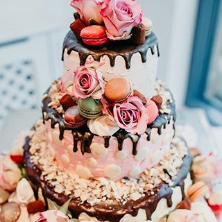 Isn't the cake made by the couple's friends absolutely out of this world? ⭐️⠀ Link in profile.⠀ Image @hollycollingsphotography⠀ ⠀