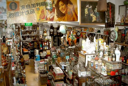 #10 [DAY3-SORE] sebelum pulang, shopping harta karun dulu di The Heritage Shop. Katanya sih, disini ada: rare old lamps, typewriters, vinyls, signboards, radios, books, photographs, postcards and tin cans — mostly from the 30s through the 70s. Siapa tau nemu barang langka buat dipajang di kantor saya dan dikantor MBDC :p #SGTravelBuddy #SHOPPING