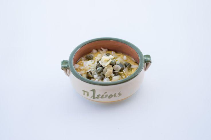 Φάβα Σαντορίνης με κρεμμύδι, κάπαρη και φιλέτα αμυγδάλου  Fava beans from Santorini with onion and almond fillets |  #plefsis #πλεύσις #πατμος #patmos
