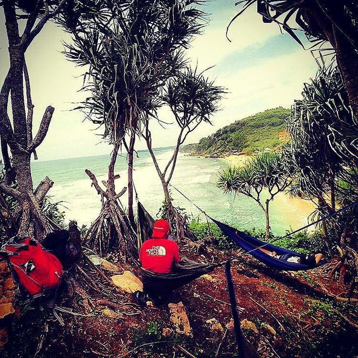 Regram from @damarsantosa -  Hammocking di pantai Pok Tunggal Gunungkidul Yogyakarta  Pantai Pok Tunggal 15-2 jam perjalanan dari pusat kota Joga  #hammockingtime #hammocklife #hammockersindonesia #hammock #kaskusOANC #outdoor #nature #beach #indonesia by @kaskus_oanc