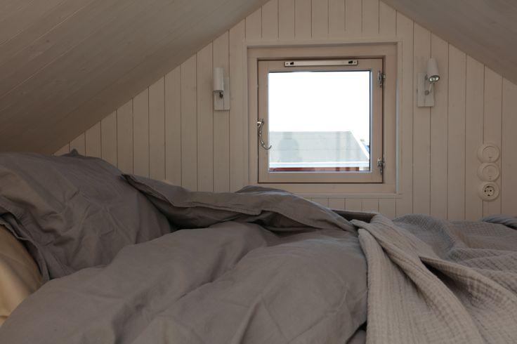 Sovloft i modulbyggt attefallshus. www.sommarnojen.se #sovloft #attefallshus #sommarhus #gästhus #fritidshus #loft