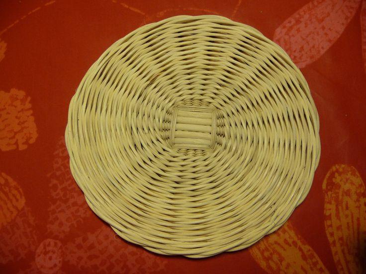 dessous de plat en rotin faisant office de couvercle pour le panier