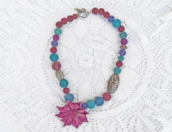 Collana colorata con pietra lavica colorata e fiore di cuoio