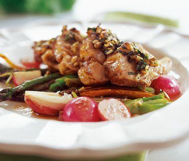 Fläskfilé med solrospesto är en snabblagad kötträtt som imponerar. Med peston på solroskärnor, basilika, ost och vitlök höjer du smaken på fläskfilén när den gratineras i ugnen. Filé och pesto serveras med lättstekta grönsaker.