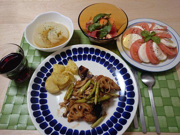 2015/10/11 鶏肉と野菜のバルサミコ酢ソテー、玉ねぎ丸ごと煮、ニンジングレープフルーツルッコラのマリネサラダ、カプレーゼ、あとジャガイモ。美味しかった。バルサミコスって人名っぽい