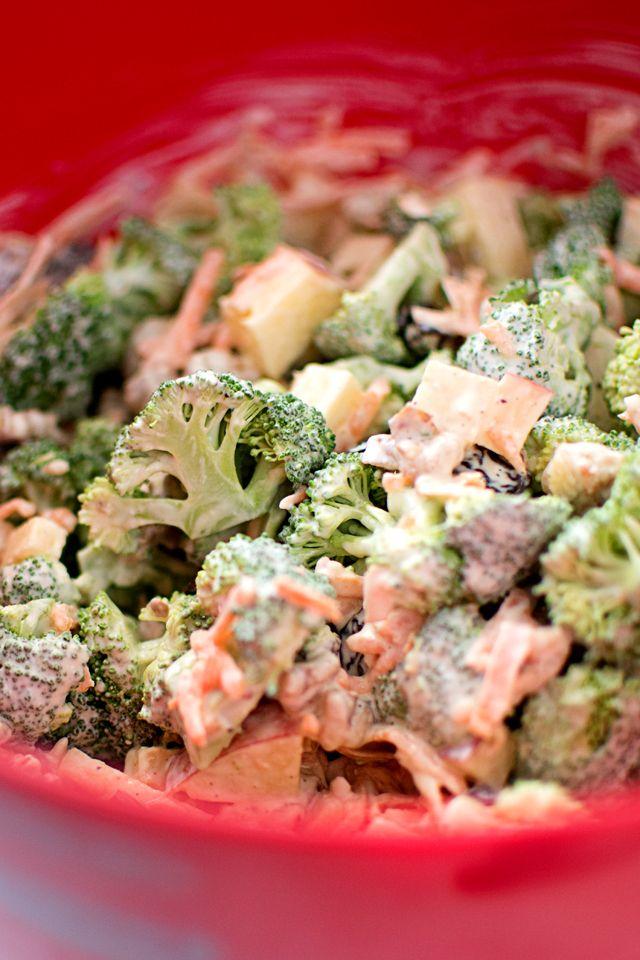 Broccolisallad med äpple och valnötter