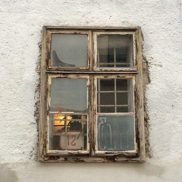 Una finestra che risente del tempo che passa