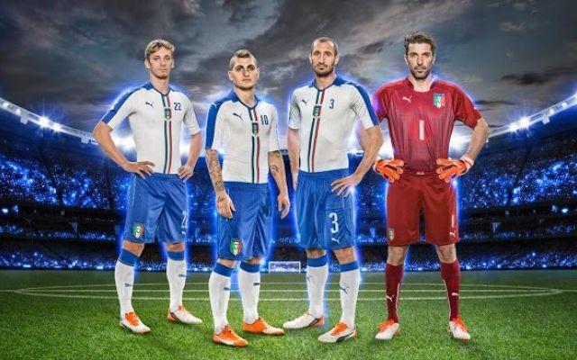 La nuova divisa Away dell'Italia L'Italia prima della sfida di qualificazione contro Malta ha presentato la nuova divisa Away, Puma ha proposto una divisa bianca con delle sottili strisce grigie ad effetto gessato con l'aggiunta di  #maglie #nazionali