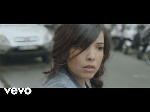 Le clip officiel de Dernière Danse qui est chanté par Indila.