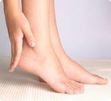 L'hallux valgus correspond à une déviation de la base du gros orteil vers l'extérieur. Le doigt de pied du gros orteil se rapproche du 2ème orteil, ce qui entraîne une déformation de l'avant du pied. L'hallux valgus, déformation osseuse, se manifeste sous forme d'une bosse au niveau du premier métatarse, à l'intérieur du pied.