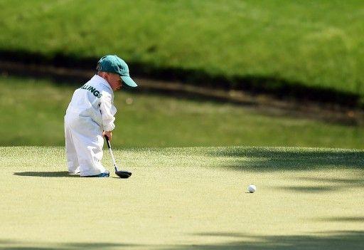 男子ゴルフ、米国ツアーメジャー第1戦、第78回マスターズ・トーナメント(The Masters Tournament 2014)、パー3コンテストでパターを打つスコット・スターリングス(Scott Stallings)の息子のフィン(Finn Stallings)君、2014年4...
