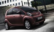 Citroën C-Zero to więcej niż 100% samochód elektryczny. Jest jednocześnie stylowym miejskim compactem  z krótką maską, która płynie z przedniej szyby do górnej części osłony chłodnicy.  Dowiedz się więcej na oficjalnej stronie tego modelu: http://www.citroen.pl/home/#/citroen-c-zero/