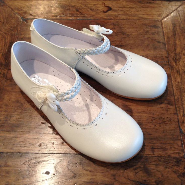 Girl shoes, perfect accessory for first communion, flower girl or special occasion. Handmade in Spain Zapatos de niña para Primera Comunión, para vestidos de arras o para ocasiones especiales. Hechos a mano en España More information @sistersb2b