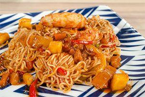 Από τον Chef Αλέξανδρο Παπανδρέου Ημέρα προβολής 02/02/15. Πατήστε εδώ για να δείτε την εκπομπή. ΥΛΙΚΑ Για 4 άτομα 400 γρ. noodles οικογενειακά Oriental Express 2 κ.σ. ηλιέλαιο 2 κ.σ. σος στρειδιών Blue Dragon 1 κόκκινη πιπεριά 1 κίτρινη πιπεριά 3 φρέσκα κρεμμυδάκια 300 γρ. ανάμικτα λαχανικά Oriental Express 16 μεσαίες γαρίδες 3 φέτες ανανά …