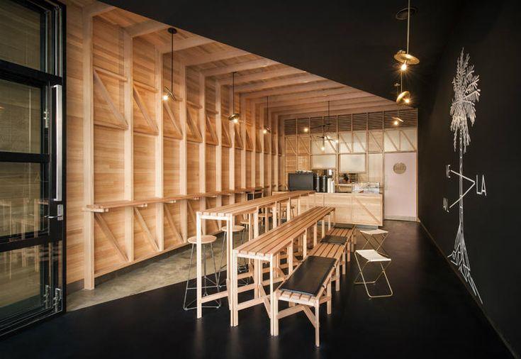 Mobili in legno naturale e pareti nere per un caffè ad Adelaide - Elle Decor Italia