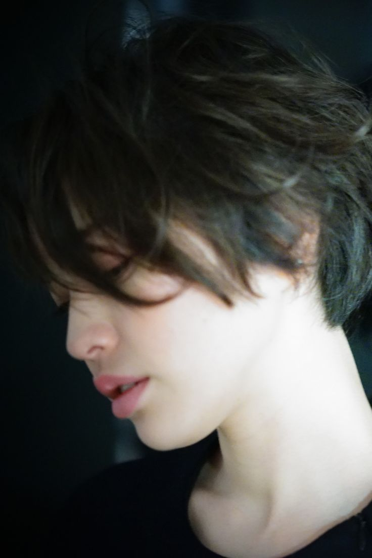 前下がりのグラデーションショートスタイル。 長めに設定した前髪で色っぽさを。 毛先に施したニュアンスパーマで甘さもプラス。