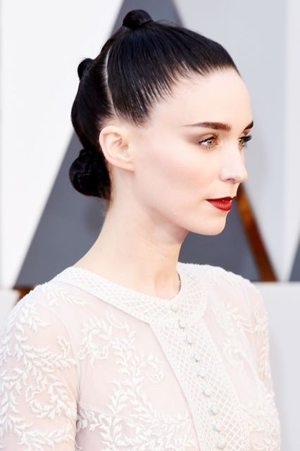 The Best Beauty Looks At The Oscars #refinery29  http://www.refinery29.uk/2016/02/104193/news-best-oscars-makeup-red-carpet-2016#slide-8  Rooney MaraWe know what you're thinking: Rey, is that you? Mara arrived looking every bit the futuristic trend-setter she is, with a rad knotted hair look and dramatic, precisely applied makeup, all thanks to hairstylist Adir Abergel and Chanel makeup artist Kate Lee....