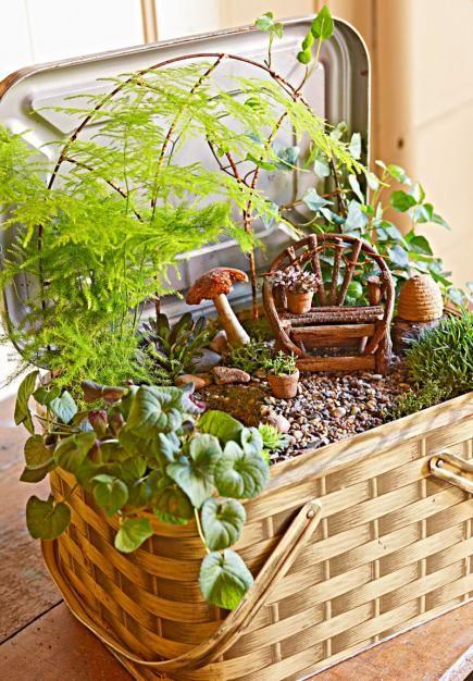 海外のガーデニング愛好家とクラフト愛好家の間で、人気を集めているのが「ミニチュア・ガーデン」です。ガーデニングとクラフトの楽しさを融合したような、ちいさくてかわいらしい世界が魅力的です。植木鉢やコンテナなど、コンパクトなスペースで楽しめます。