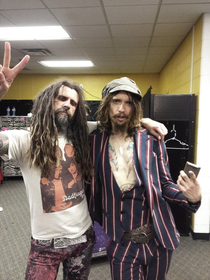RZ and Justin Hawkins from The Darkness hanging backstage at ROCK ON THE RANGE!