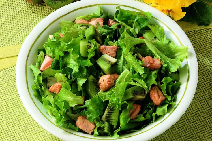 Insalata con salmone fresco e kiwi