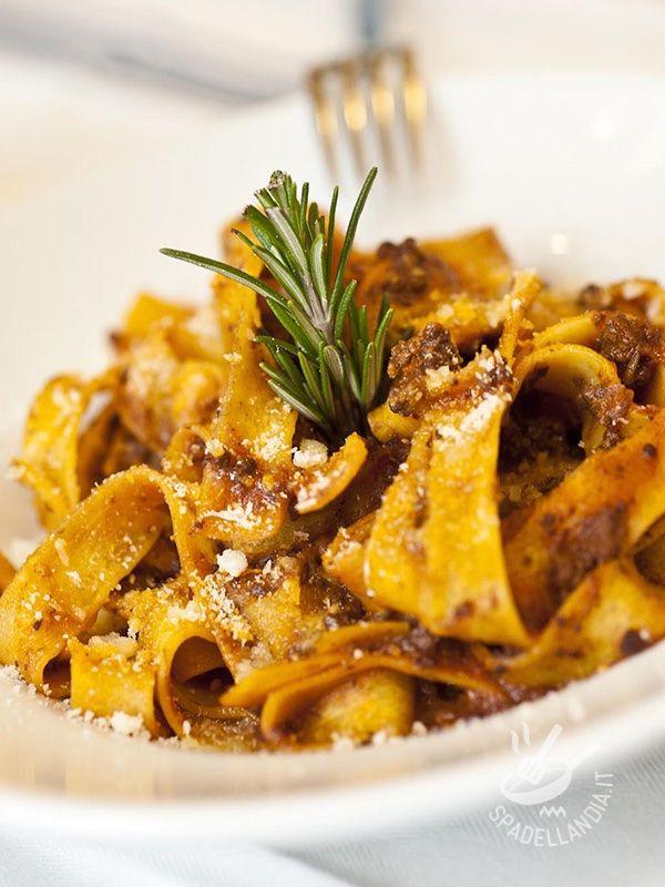 Pappardelle with wild boar sauce - Le Pappardelle al cinghiale sono ideali quando si vuole realizzare un piatto rustico e bello saporito, che rispetti la tradizione gastronomica italiana. #pappardellealcinghiale