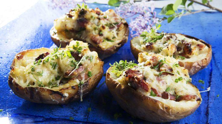 Bakt potet med cheddarost og baconfyll - Bakt potet er et populært tilbehør til grillmaten. Med den kan lett oppgraderes til å bli en spennende og smakfull rett på egne ben.