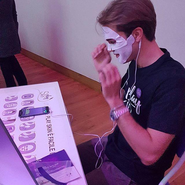 #PlaySkin: indossi la #maschera #antiage con tè verde acido ialuronico e coenzima #Q10, colleghi gli elettrodi, colleghi lo #smartphone e premi play per attivare le microcorrenti che veicolano gli attivi nella pelle.... il resto è #relax!  #samsungdistrict #samsung #android #mobile #technology #tech #cellphone #samsunggalaxy #tecnologia #mobilephone #teamandroid #beauty #skincare #eyes #beautyblogger #instabeauty #skin #blogger #baldangroup  #teverde #greentea #acidoialuronico #coenzimaq10…