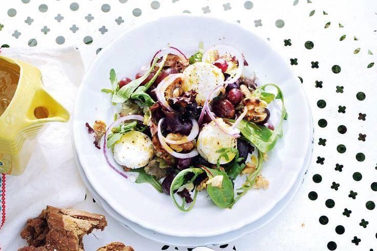 Deze salade heeft het allemaal: knapperige noten, friszoete dressing en smeuïge kaas - Recept - Allerhande
