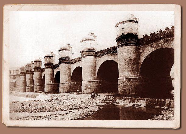 En los años 1748 y 1763 hubo desastrosas riadas que se llevaron los tajamares del rio Mapocho e inundaron la ciudad. Como consecuencia surgió la idea de construir un sólido puente.  La obra se puso en ejecución en septiembre de 1767, frente a la que hoy todavía se conoce como calle del Puente. Se señala como fecha de su apertura el 11 de febrero de 1782. En su construcción se utilizaron medio millón de de huevos de gallina consumidos en la mezcla con que se unieron los materiales