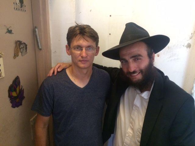 Русскоязычный израильтянин за неделю до свадьбы решил установить мезузу. Молодой человек уверен, что знак еврейского дома сохранит и приумножит будущее семейное счастье. #установка #мезуза #хабад
