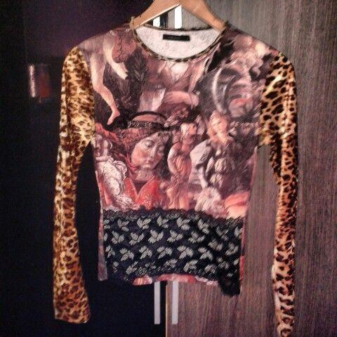 Jersey estampado con las mangas aterciopeladas de leopardo y blonda en la parte inferior. Talla S 6 € #sevende #segundamano #yanomevale #vendomiropa #mercadillo #navidad