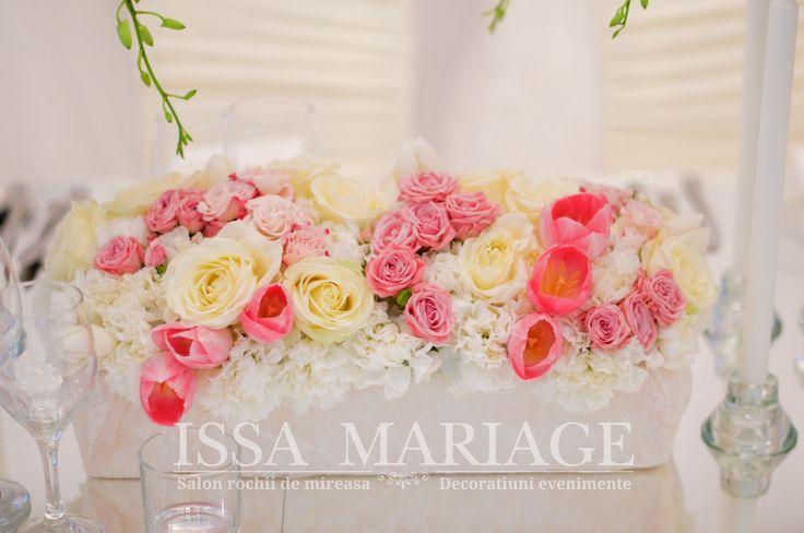 Decoratiuni florale nunta trandafiri minirose roz pal orhidee alba si suporti lumanari drepte IssaEvents 2017