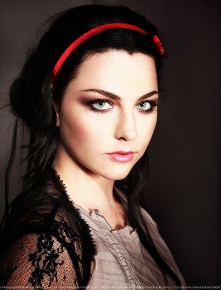 Amy Lee's eye makeup is gorgeous