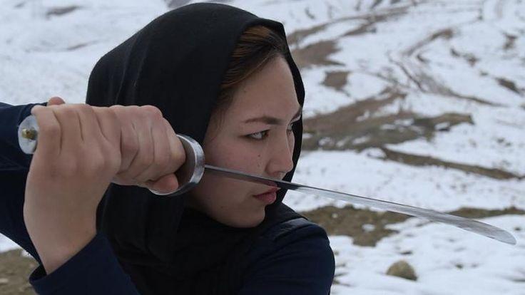 Ho capito che potevo spezzare un circolo vizioso. Le donne in Afghanistan si devono aiutare da sole. Per questo chiedo alle ragazze di dimostrare quello che sono in grado di fare, dobbiamo smettere di avere paura e restare in silenzio. Sima Azimi  In pochi mesi ha radunato un gruppo di giovani donne e ha iniziato a insegnare loro il wushu, l'antesignana di tutte le arti marziali, famosa praticata dai monaci Shaolin e destinata solo agli uomini. Ha fondato lo Shaolin Wushu Club. Le ragazze…