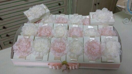 scatola bomboniere con fiori cipria e panna