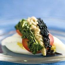 Rugbrødssnitte med hårdkogt æg, røget laks, krydderurter, smørdampet spinat og sort kaviar fra Ida Davidsen.