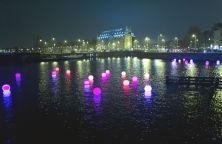 """Fino al 18 gennaio i canali della città si illuminano per la terza edizione dell'Amsterdam Light Festival. Due gli itinerari: il Water Colors e l' """"Illuminade"""". Per vedere da vicino le creazioni luminose firmate da artisti internazionali emergenti e non. Per informazioni: www.amsterdamlightfestival.com"""