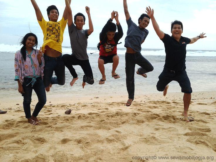 Menikmati keindahan pantai Pok Tunggal, Yogyakarta, Indonesia