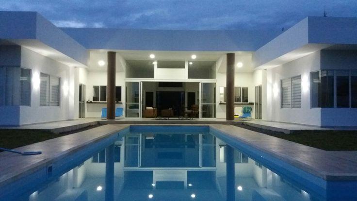 CASA MODERNA. KAULI. Vista de la piscina. Casa de Campo. Restrepo. Meta. Colombia. Fachada piscina. Arq Nelson Bedoya Santacruz