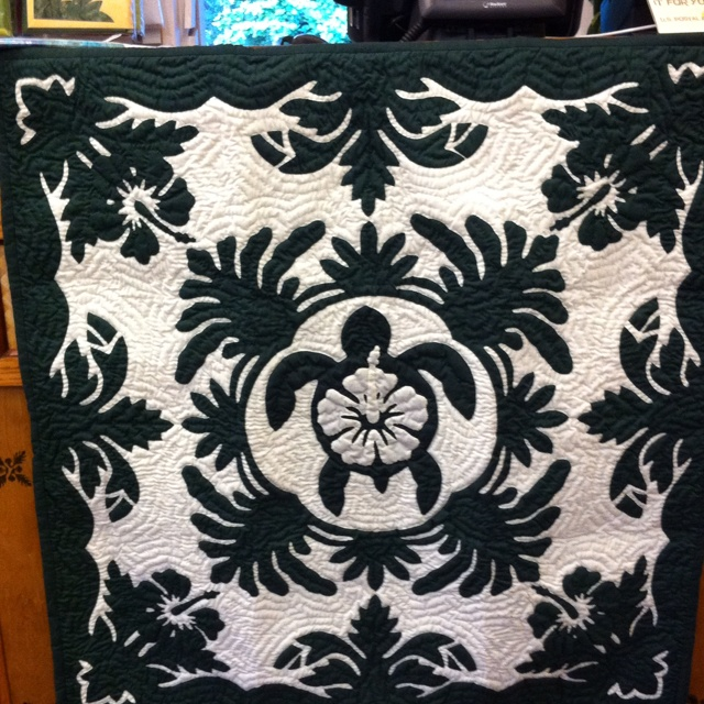 Hand quilted Hawaiian Quilt. I love th Honu in the middle with the Hibiscus. Nice touch!