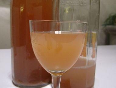 Für den Apfelsaft aus dem Dampfentsafter die Flaschen zum Befüllen am besten in Wasser auskochen oder im Herd sterilisieren. Eventuell mit