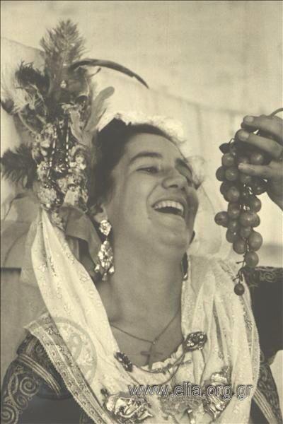 Εορτασμοί της 4ης Αυγούστου: γυναίκα με παραδοσιακή ενδυμασία από την Κέρκυρα…