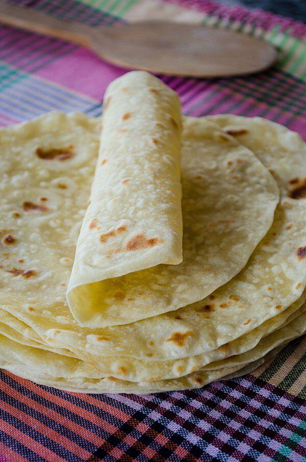 Tortilla de farinha de milho ou de trigo Dica: Misture tds os ingredientes menos o último da lista e faça bolinhas do tamanho de um punho com a massa. Deixe descansar por 5 min e abra as bolinhas com um rolo. Para abrir  pode colocar a bolinha entre 2 folhas de papel vegetal ou pôr farinha para q ñ cole ao rolo. Ao terminar de esticar 1 bolinha, cozinhe a tortilla numa panela não aderente por + ou - 30 seg cada lado e cubra com 1 pano de cozinha até q esfrie.