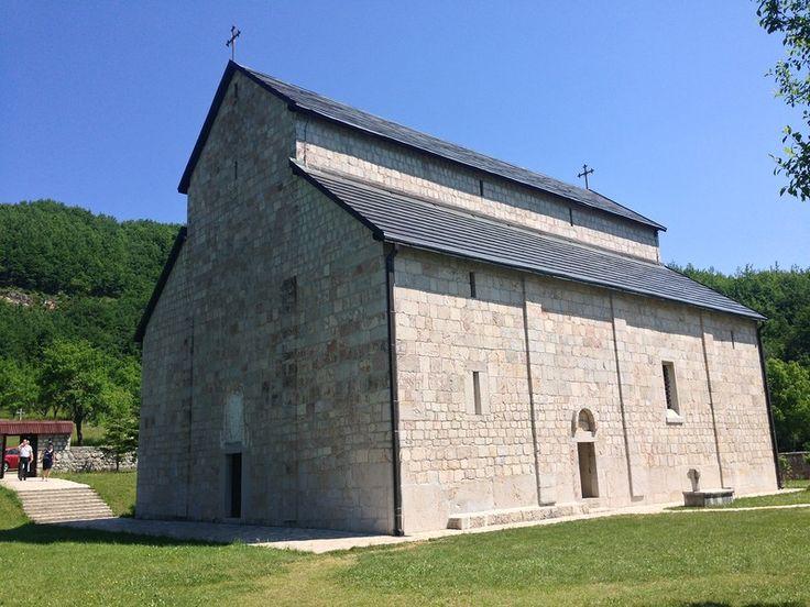 Есть религиозные места в Черногории, где редко бывают туристы, а все дело в недостаточном пиаре. Основная масса людей стремится попасть в Острог и Цетиньский…