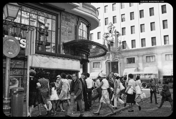 Madrid 1955 - Gran Vía - Spain -En Gran Vía esquina a la Red de San Luis se encuentra uno de los comercios más elegantes de todo Madrid. Aleixandre. Su dueño, valenciano, se estableció en el local para vender los más preciados abanicos de la capital. En el mismo recinto varios turistas devoran al unísono las famosas hamburguesas forradas de cartón de la cadena McDonald's.